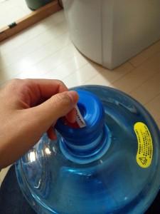 ボトルの挿し口についているシールをはがす