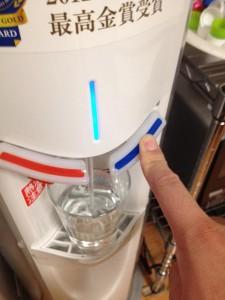 コップに冷水を注ぐ