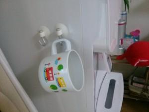 子ども用コップをぶら下げる