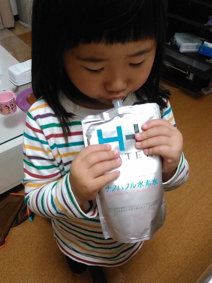 水素水を飲む女の子